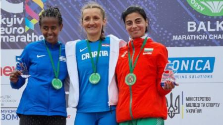 Маринела Нинева (вдясно) зае трето място в Киев с личен рекорд.