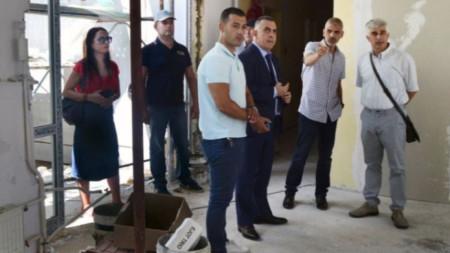 "Кметът на Сливен Стефан Радев обяви намерението за дисциплинарно наказание на директора, докато инспектираше ремонта на детска градина ""Мак""."