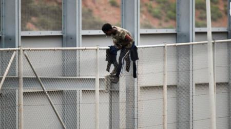 Обикновено мигрантите се опитват да се доберат до испанския ексклав Сеута през оградата.