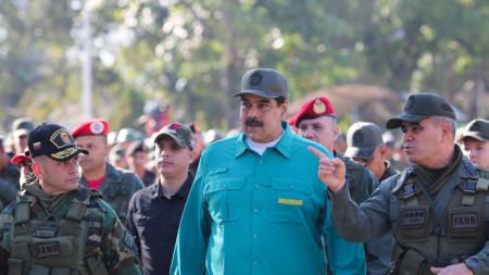 Армията засега подкрепя президента Мадуро