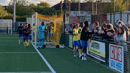 Футболистите на Харинги Боро напускат терена заради расистките обиди.