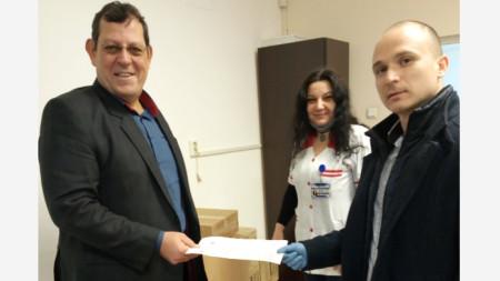 адв. Димитър Вълчев (вдясно) и д-р Бойко Миразчийски, при предаването на дарението.
