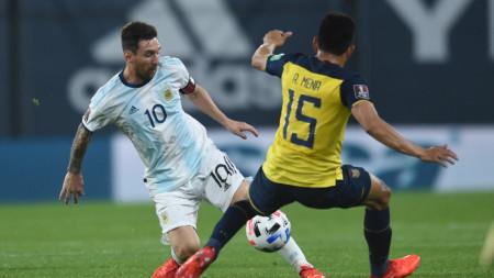 Меси се бори за топката с еквадореца Мена.