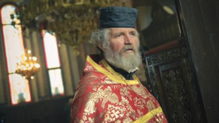 Ексцентричният свещеник от Кърджали отец Петър Гарена отново разбуни духовете.