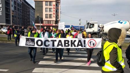 Протестиращи в Бургас блокират път, минавайки по пешеходна пътека.