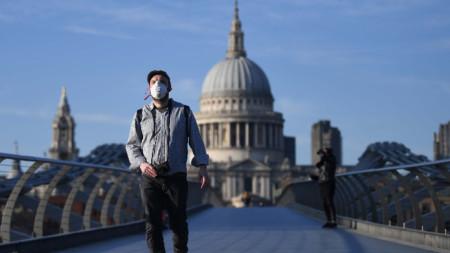 Мъж с маска в Лондон, 26 март 2020 г.