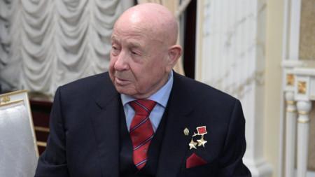 Алексей Леонов е първият човек, излязъл в открития Космос.