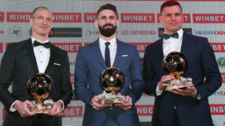 Димитър Илиев (в средата) ще дари над 100 топки на децата.