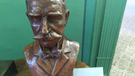 Бюстът на Иван Вазов от скулптора Андрей Новаков