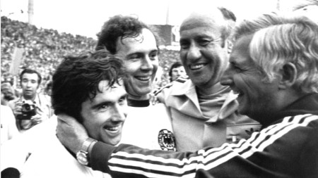 Герд Мюлер (вдясно) и Франц Бекенбауер ликуват след спечелването на световното през 1974 г. със селекционера Шьон (вторият отдясно-наляво) и помощникът му Дервал.