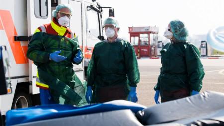 Германски медицински екип, който посреща пациенти с Covid-19 от Франция на летището в Есен, 28 март 2020 г. Болници в Северен Рейн-Вестфалия ще поемат 10 пациенти от Италия и 4 от Франция, заразени с коронавирус в следващите дни.