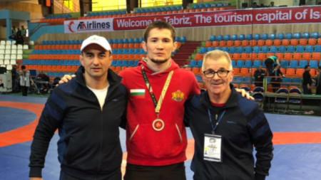Али Умарпашаев (в средата)