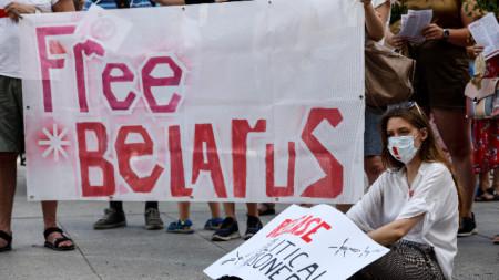 Беларус прехвърля войски към границите си с Полша и с Литва на фона на нестихващи протести в страната.
