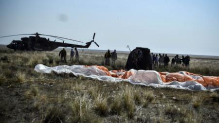 """Спускаемият апарат""""Союз МС-11"""" след приземяването му в Казахстан."""