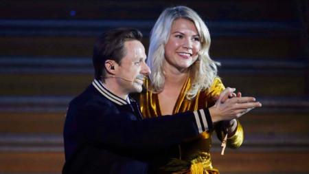 Солвейг и Ада на сцената малко преди да направи предложението  си.