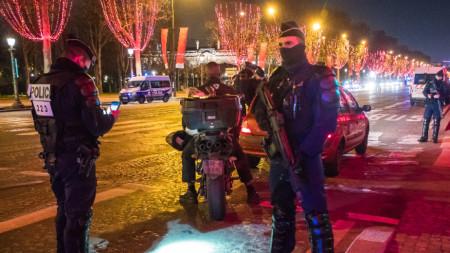 Френски полицаи около Шанз-Елизе в навечерието на Нова година