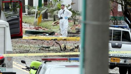 Криминалисти работят на мястото на атентата с кола бомба срещу полицейска академия в Богота.