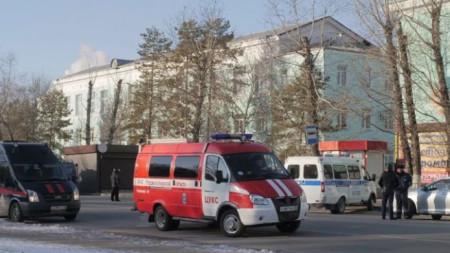 Коли на провоохранителните служби пред колежа в Благовешченск, където бе открита стрелба.