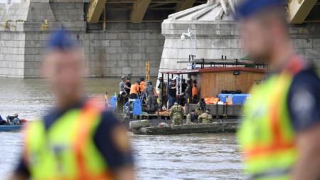 """Спасителни екипи, включително от Южна Корея, се опитват да достигнат до потъналото корабче в река Дунав в Будапеща, което на на 9 м дълбочина при """"нулева видимост"""" на водата."""