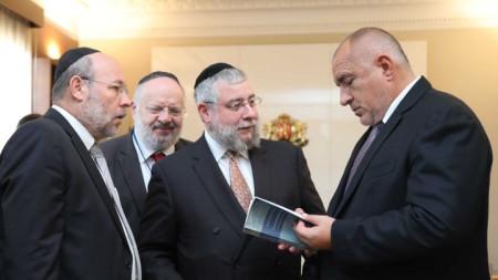 Главният равин на Европа Пинкас Голдшмидт (в средата) и премиера Бойко Борисов на срещата им днес в Министерски съвет.