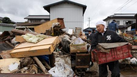 Разрушения в Япония след преминаване на тайфуна Хагибис