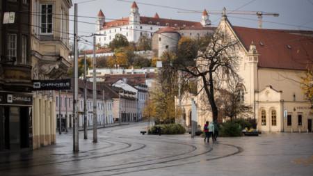 Изглед към центъра на Братислава с Братиславския замък на заден фон.