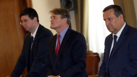 Тодор Чуров (в средата) е назначен за заместник-министър на външните работи