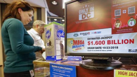 """Джакпотът в лотарията """"Мега милиони""""  достигна $1,6 млрд., а за """"Пауърбол"""" - $620 млн."""