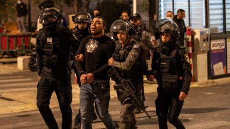 И полицаи са пострадали в сблъсъците.