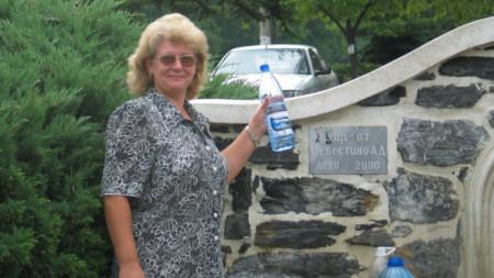 От десетилетия местни жители и преминаващи по пътя от Кюстендил за Дупница и Благоевград наливат в туби и в бутилки от минералната вода в центъра на Невестино.