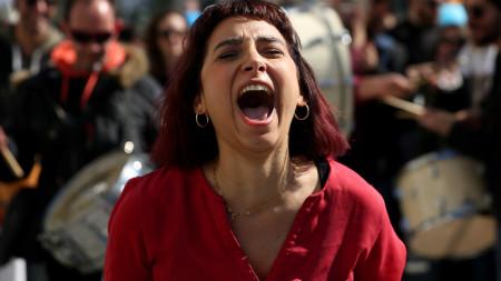 Участничка в протестите в Атина