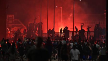 Фенове на Ливърпул празнуват титлата пред стадион