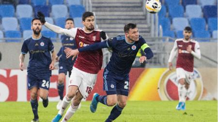 Васил Божиков се бори с Руи Фонте.