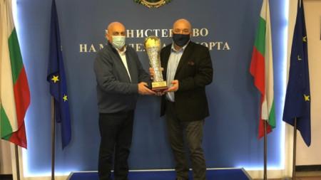 Красен Кралев получи купа от председателя на Автомобилната федерация на България Камен Михайлов.