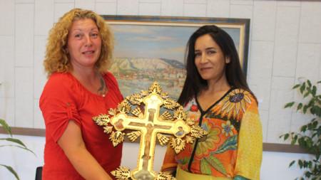 Олтарният кръст е от ажурна дърворезба, има 23-каратово злато, а рисунката е изпълнена от яйчена темпера. Творбата е във византийски стил (автори: Р. Манова и Л. Лилов).