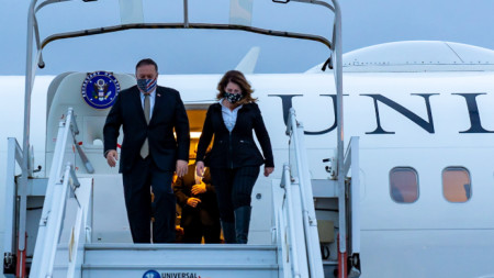 Майк Помпейо със съпругата си Сюзан слиза от самолета в Париж