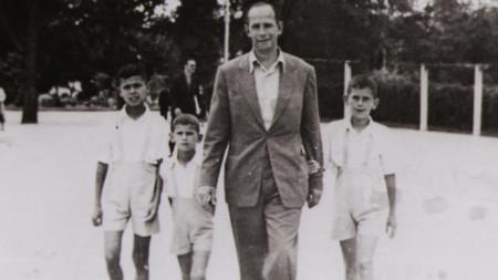 Анани, Христо и Стефан с баща си във Варна (1945 г.)