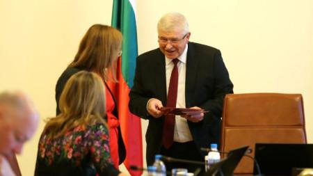 Здравният министър Кирил Ананиев раздава на колегите си карти за донорство на заседанието на Министерски съвет.