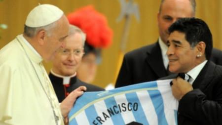 Диего Марадона подари екип на Аржентина на папа Франциск при срещата им във Ватикана преди години