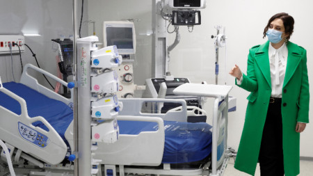 Премиерът на автономната област Мадрид Исабел Диас Аюсо посещава новата болница по време на откриването - Мадрид, 1 декември 2020 г.