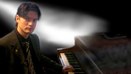 Пламен Цветанов с първия си любим инструмент - пианото
