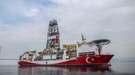 Един от двата турски кораба, които извършват проучвателни сондажи за газ и петрол край Кипър.