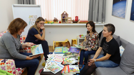 """Водещата на предаването """"Каста дива"""" Росица Кавалджиева в партньорство с верига книжарници дариха детски книжки на Дневния център за деца с онкохематологични заболявания в сградата на УМБАЛ  """"Царица Йоана – ИСУЛ""""."""