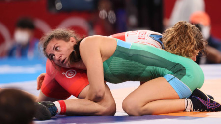 Евелина Николова (в зелено трико) продължава битката за медал.