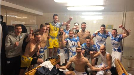 Теди Салпаров (№13) ликува със съотборниците си след победата в Уфа.