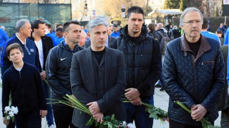 Павел Колев и Георги Дерменджиев на паметника на Васил Левски.