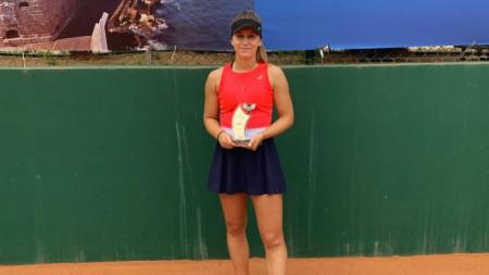 Гергана Топалова с трофея от турнира в Ираклион.