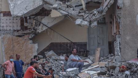 Отломки на разрушена сграда в Газа.