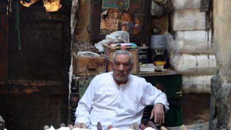 Пред магазин за традиционно багрени прежди в Кайро, Египет, 10 март 2021 г.