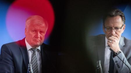 Вътрешният министър Хорст Зеефофер и шефа на федералната криминална полиция Холгер Мюнх на пресконференция в Берлин за убийството на видния политик в Касел..